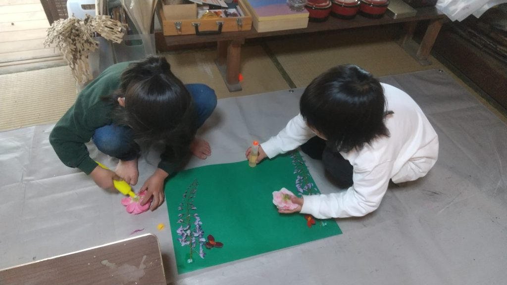2人で作品を作る女の子たち
